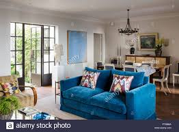blaue sofa im landhausstil wohnzimmer stockfotografie alamy