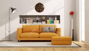 moderne wohnzimmer mit sofa hocker und nische mit bücher und objekte 3d rendering
