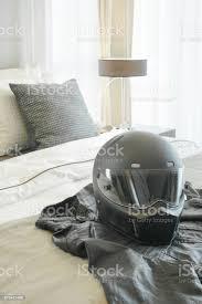 motorradhelm und leder jacke einstellung auf bett im modernen schlafzimmer stockfoto und mehr bilder arrangieren