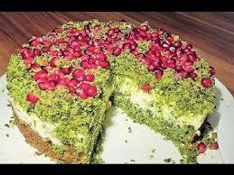 torte kuchen grüne wiese mit spinat und granatapfel