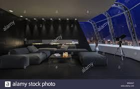 das moderne futuristische dunkle wohnzimmer eines