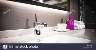 luxus wasserhahn mischpult auf einem weißen waschbecken in