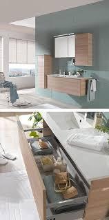 modernes badezimmer mit spiegelschrank und hängeschränke