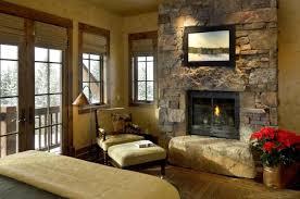 kleines wohnzimmer mit einer bequemen leseecke neben dem