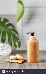 holzpumpenseifenflasche ohne etikett und feste seifenschale