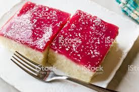 türkischen grieß dessert pudding mit gelee himbeer und kokos pulver trilece stockfoto und mehr bilder blancmange
