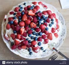 pavlova torte mit erdbeeren heidelbeeren himbeeren und