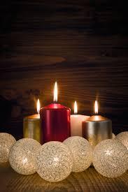 bougies allumées avec des boules blanches télécharger des photos