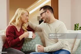 glückliches junges paar entspannen auf dem sofa im
