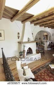 geräumig wohnzimmer mit ausgesetzt decke balken und
