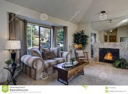 licht gefülltes wohnzimmer mit gewölbter decke stockbild
