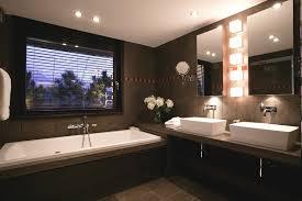 chambre de luxe avec salle de bain avec et baignoire luxe grande bains cabine les