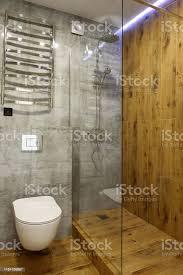 moderne badezimmerinterieur mit glas duschkabine wc und holz wand und boden kopierraum stockfoto und mehr bilder architektur