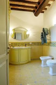 klassisches badezimmer mit gelben bild kaufen 11458981