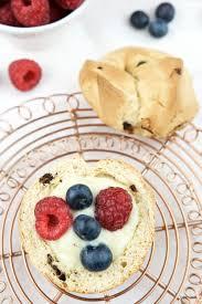 brioche mit schokolade vanillepudding und früchten werbung