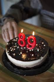 alte frau feiert 89 geburtstag mit festlicher torte im