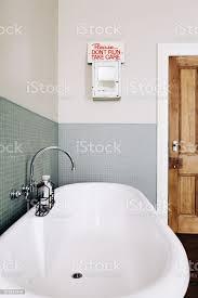 vintagestil badezimmer mit schrulligen retrozeichen auf einem alten medizinschrank stockfoto und mehr bilder architektur