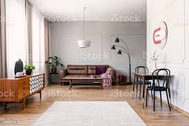 schwarze stühle am tisch in der nähe holzgehäuse in vintage wohnzimmer interieur mit ledersofa echtes foto stockfoto und mehr bilder braun