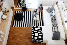 deko in schwarz und weiß im wohnzimmer leelah