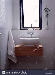 das hohe haus weiß badezimmer mit runden keramikschale auf