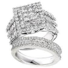 This magnificent ring set boasts a princess cut diamond masterfully