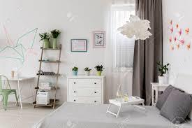 moderne weiße wohnung mit büro und schlafzimmer kombiniert und diy dekorationen