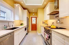 cuisine jaune et blanche cuisine moderne étroite jaune et blanche photo stock image