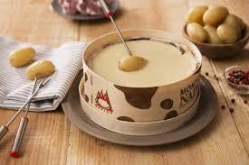 cuisiner le mont d or recette de fondue de mont d or à la moutarde et pommes de terre