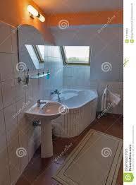 modernes badezimmer mit eckbadewanne waschbecken und