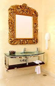 große gold rustikaler spiegel auf zeitgenössische badezimmer