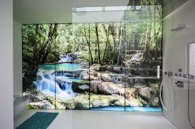 hinterleuchtete glaswand duschen im tropischen regenwald