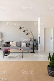 beige teppich in der innenansicht offenes wohnzimmer mit sofa couchtisch und moderne le echtes foto stockfoto und mehr bilder beige