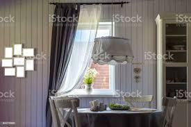 esszimmer im vorstadthaus mit holz tapete stockfoto und mehr bilder architektur
