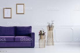 gold und lila wohnzimmer stockfoto und mehr bilder bilderrahmen