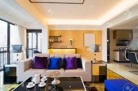 moderne wohnzimmer mit schönen dekoration