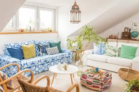 boho sommer wohnzimmer mit im batik look ethno pouf