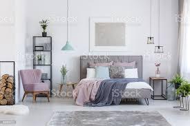 pastell schlafzimmer mit bequemen sessel stockfoto und mehr bilder behaglich
