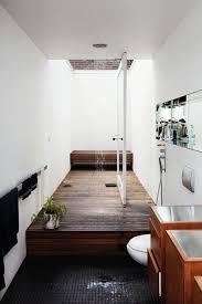 kleine badezimmer ideen mit holzboden und deckenduschkopf