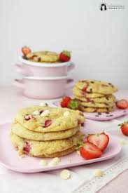 erdbeer schokoladen cookies mit dunkler und weißer schokolade