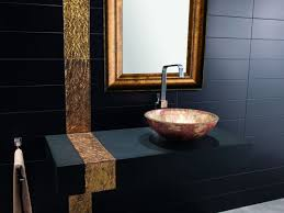 bad schwarz gold spiegel matte fliesen waschbecken bathroom
