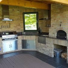 gemauerte outdoorküche mit gasgrill und holzbackofen