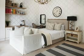 schlafzimmer in naturtönen mit sofa vor bild kaufen