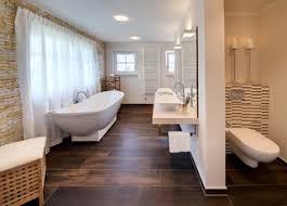 75 badezimmer mit brauner wandfarbe und waschtisch aus holz
