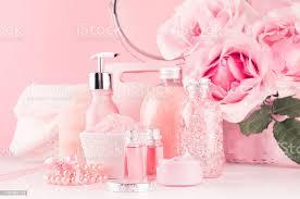 romantische badezimmerinterieur in pastell rosa silber farbe blumen rund spiegel bad zubehör kosmetikprodukte creme salz öl seife auf weißem