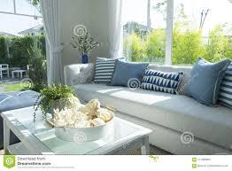 blaues kissen auf grauem sofa im wohnzimmer stockfoto bild