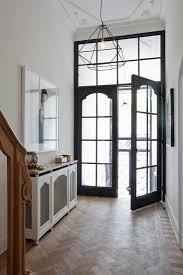 eleganter eingangsbereich einer villa bild kaufen