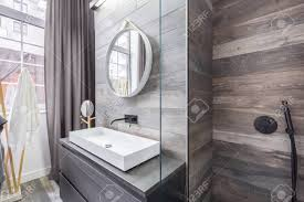 badezimmer mit begehbarer dusche und weißem aufsatzbecken