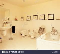 französische badezimmer mit weißen fliesenboden und bilder