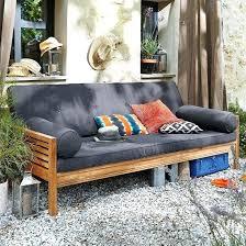 lit transformé en canapé banquette lit appoint pour un confort au jardin ou dans votre salon