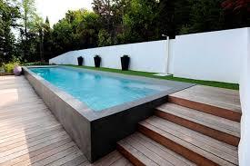 margelle piscine en bois plage de piscine en bois piscines carré bleu